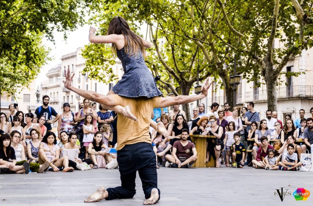 Los festivales de la Red Acieloabierto se reunirán los próximos 20 y el 21 de enero en Figueres (Girona) para realizar varias sesiones de trabajo. Figueres es la sede del festival Agitart, que forma parte de la Red Acieloabierto desde el año 2017. Los festivales realizarán una evaluación sobre el funcionamiento de la Red, se planificará el desarrollo de los proyectos para este año y se trabajará en la definición del Circuito Acieloabierto 2018, cuya convocatoria se cerró hace un mes. agitart Festival Figueres 2017. Proyecto de colaboración internacional de la Red Acieloabierto. Compañía Stella Ariadne Spyrou (Grecia).